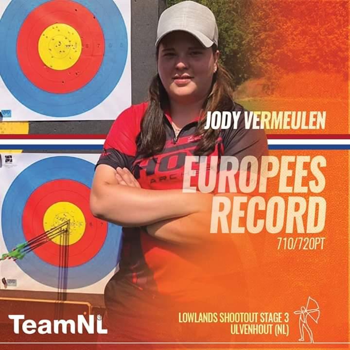 Jody Vermeulen staat voor doel met pijlen.