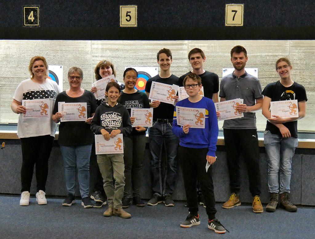 Groepsfoto van deelnemers met behaald certificaat in de hand